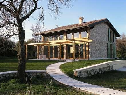 Dall'australia all'italia: Case in stile In stile Country di architetture e restauri biocompatibili