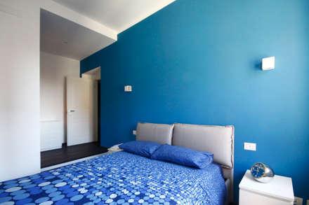 CAMERA PADRONALE: Camera da letto in stile in stile Minimalista di Andrea Orioli