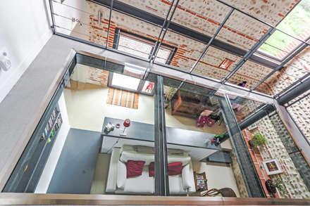 MAISON MAZERES: Salle multimédia de style  par Hugues TOURNIER Architecte