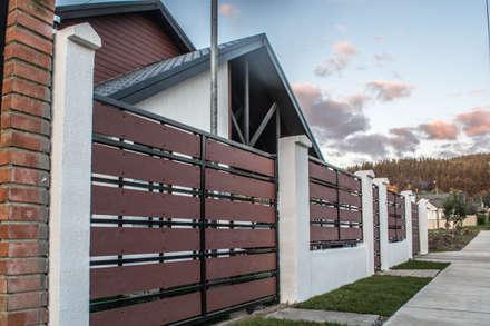 Rehabilitación de vivienda en la localidad de Penco: Casas de estilo ecléctico por ARQUITECTURA E INGENIERIA PUNTAL LIMITADA
