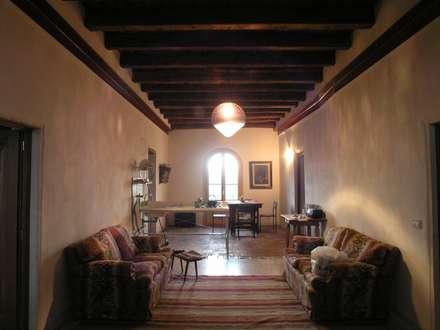 restauro ecocompatibile : Ingresso & Corridoio in stile  di architetture e restauri biocompatibili