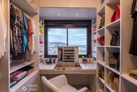 Closet Feminino: Closets modernos por Camila Chalon Arquitetura