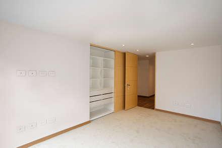 Apto Cll 7 - Cr 9: Habitaciones de estilo moderno por Bloque B Arquitectos