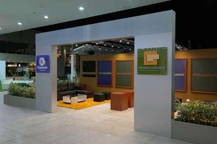 Estand Proyecto Guayacan - Pedro Gomez y Cia: Escuelas de estilo  por Bloque B Arquitectos