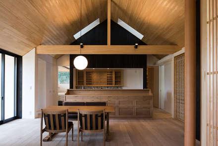 森に佇む家: 窪江建築設計事務所が手掛けたダイニングです。