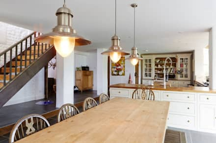 Wren Cottage: country Dining room by Askew Cavanna Architects