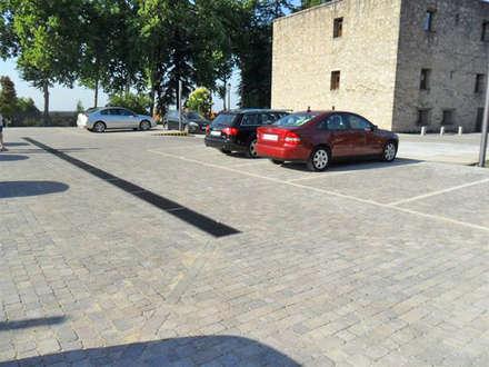 Reforma del Parador de Jarandilla de la Vera: Garajes de estilo rural de Alarife Estudio de Arquitectos SLP
