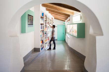 Centro Culturale : Studio in stile In stile Country di Stefano Ferrando