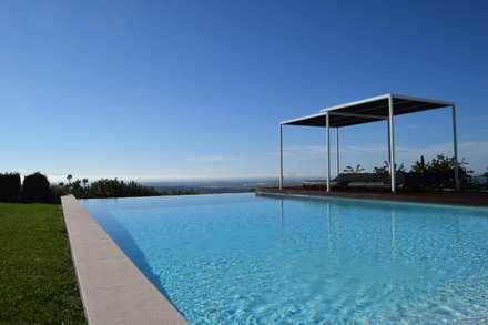 Breathtaking infinity pool in Estoi, Algarve: mediterranean Pool by Engel & Voelkers Vilamoura