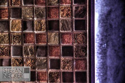 Glas/Schiefer/Natursteinmosaik: industriale Schlafzimmer von Stefan Necker BadRaumKonzepte