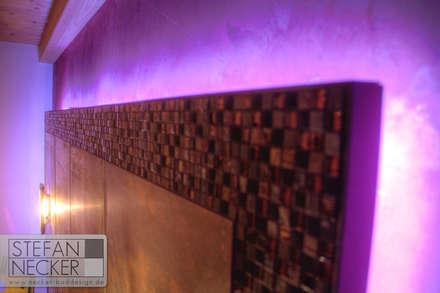 Umlaufende Mosaikfliesen mit LED Beleuchtung im Schlafzimmer: industriale Schlafzimmer von Stefan Necker BadRaumKonzepte