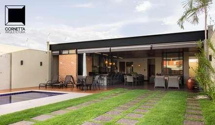 Acesso e varanda: Casas modernas por Cornetta Arquitetura