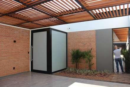 Garages de estilo moderno por Cornetta Arquitetura