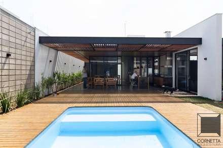 Pisicna: Casas modernas por Cornetta Arquitetura