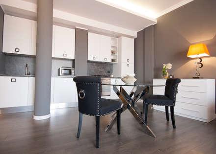 Ristrutturazione appartamento Milano: Sala da pranzo in stile in stile Moderno di DemianStagingDesign