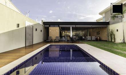 สระว่ายน้ำ by Cornetta Arquitetura