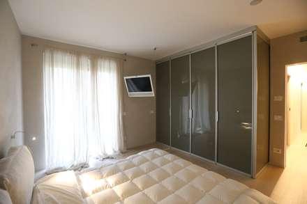 camera da letto: Camera da letto in stile in stile Minimalista di RO|a_