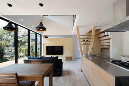 富雄の家:  井上久実設計室が手掛けたリビングです。