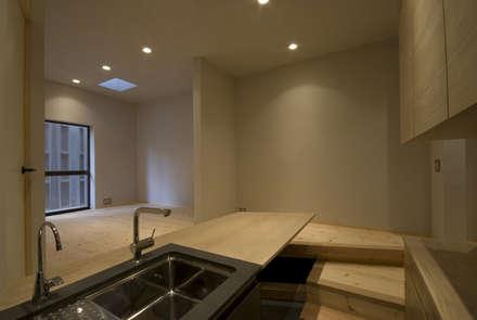 白墨のダイニング: 森村厚建築設計事務所が手掛けたダイニングです。