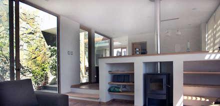 Casa en Pendiente 2: Pasillos, hall y escaleras de estilo  por Marcelo Roura Arquitectos