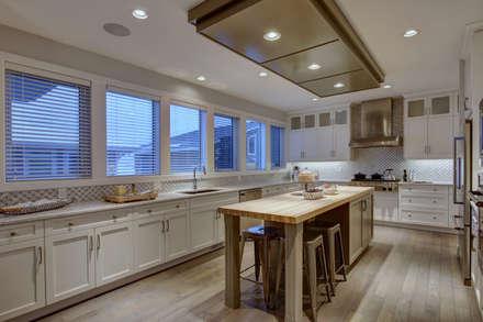 57 Paintbrush Park: modern Kitchen by Sonata Design