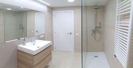 Reforma integral de vivienda: Baños de estilo moderno de ARCOtectura