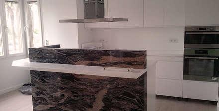 Reforma integral de apartamento: Cocinas de estilo minimalista de ARCOtectura