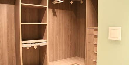 Reforma integral de apartamento: Vestidores de estilo minimalista de ARCOtectura