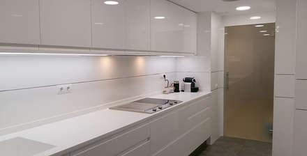 Reforma parcial de vivienda: Cocinas de estilo minimalista de ARCOtectura