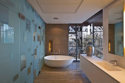La Lucia: eclectic Bathroom by ARRCC