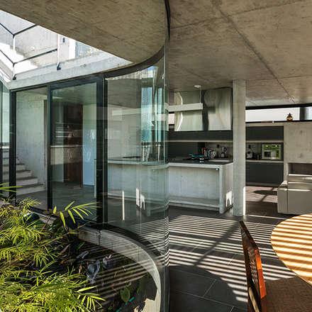 Casa LEnS: Cozinhas minimalistas por obra arquitetos ltda