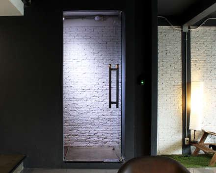 ประตูทางขึ้นชั้น 2:  อาคารสำนักงาน ร้านค้า by Backyard Construction