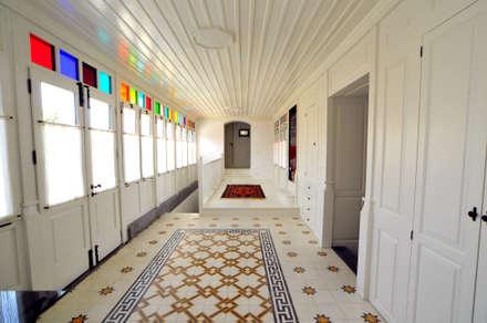 Corridor & hallway by Ebru Erol Mimarlık Atölyesi