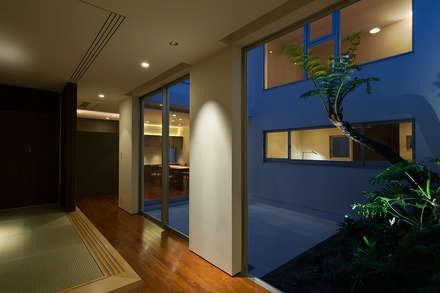 中庭: Atelier Squareが手掛けた玄関/廊下/階段です。