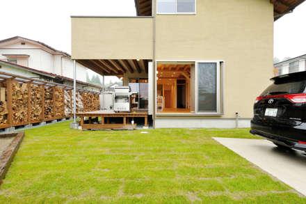 自然の恵みを享受するパッシブデザイン: 株式会社 建築工房零が手掛けた庭です。