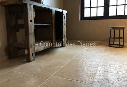Dallage finition vieilli en pierre naturelle de Bourgogne: Salle de bain de style de stile Rural par LE COMPTOIR DES PIERRES