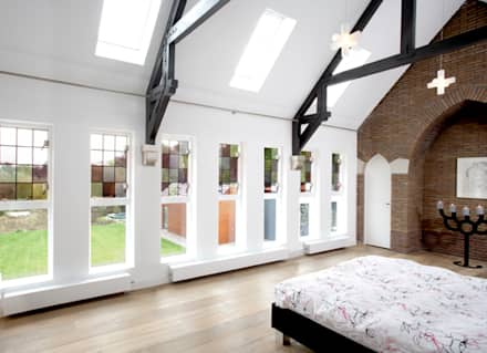 Gerenoveerde slaapkamer in voormalig zusterhuis: moderne Slaapkamer door YA Architecten