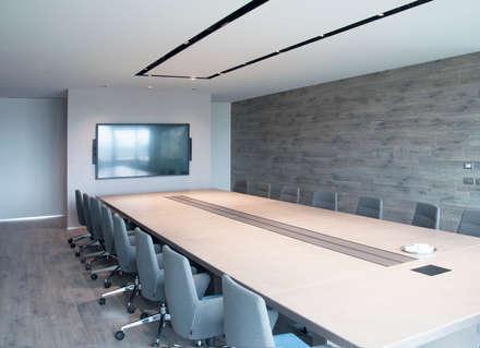 sala riunione: Sala multimediale in stile  di ARCHITETTO Ingrid Fontanili