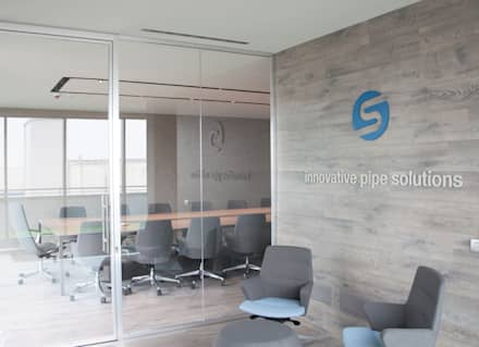 sala riunioni: Sala multimediale in stile  di ARCHITETTO Ingrid Fontanili