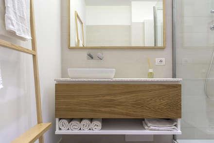 L 13: Bagno in stile in stile Minimalista di FADD Architects