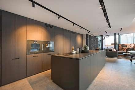 Attico G 43/11 con piscina Vienna: Cucina in stile in stile Moderno di FADD Architects