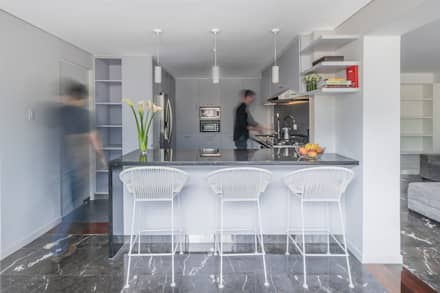 Apartamento LC: Cocinas de estilo moderno por CENTRAL ARQUITECTURA
