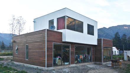 Casa fredes: Casas de estilo mediterraneo por AtelierStudio