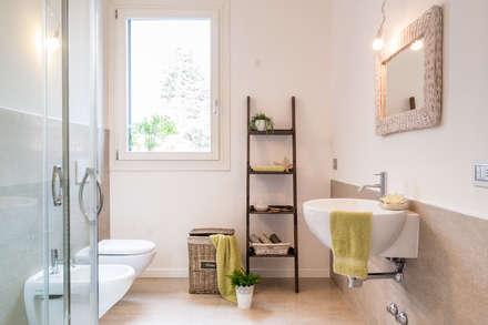 Bathroom: Bagno in stile in stile Minimalista di Venduta a Prima Vista
