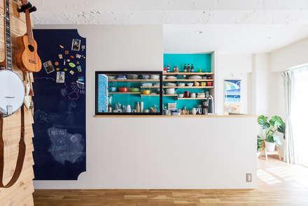 狭くて贅沢な寝室と、ハワイのコテージ: 株式会社ブルースタジオが手掛けたキッチンです。