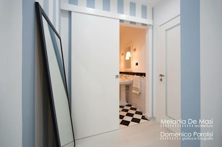 Casa Fenice : Ingresso & Corridoio in stile  di melania de masi architetto