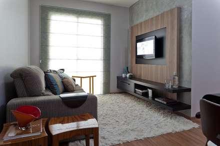 Salas multimedias de estilo  por Cia de Arquitetura