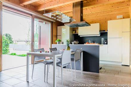 Eco-friendly mini staging: Cucina in stile in stile Moderno di Venduta a Prima Vista