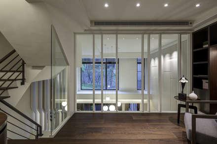 三代同堂度假別墅:  玄關、走廊與階梯 by 大荷室內裝修設計工程有限公司