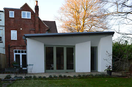 Rear view of the new single storey extension: modern Houses by ArchitectureLIVE